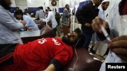Một nhân viên cứu hộ ở Quetta bị thương trong vụ nổ bom được đưa đến bệnh viện chữa trị, 10/1/13