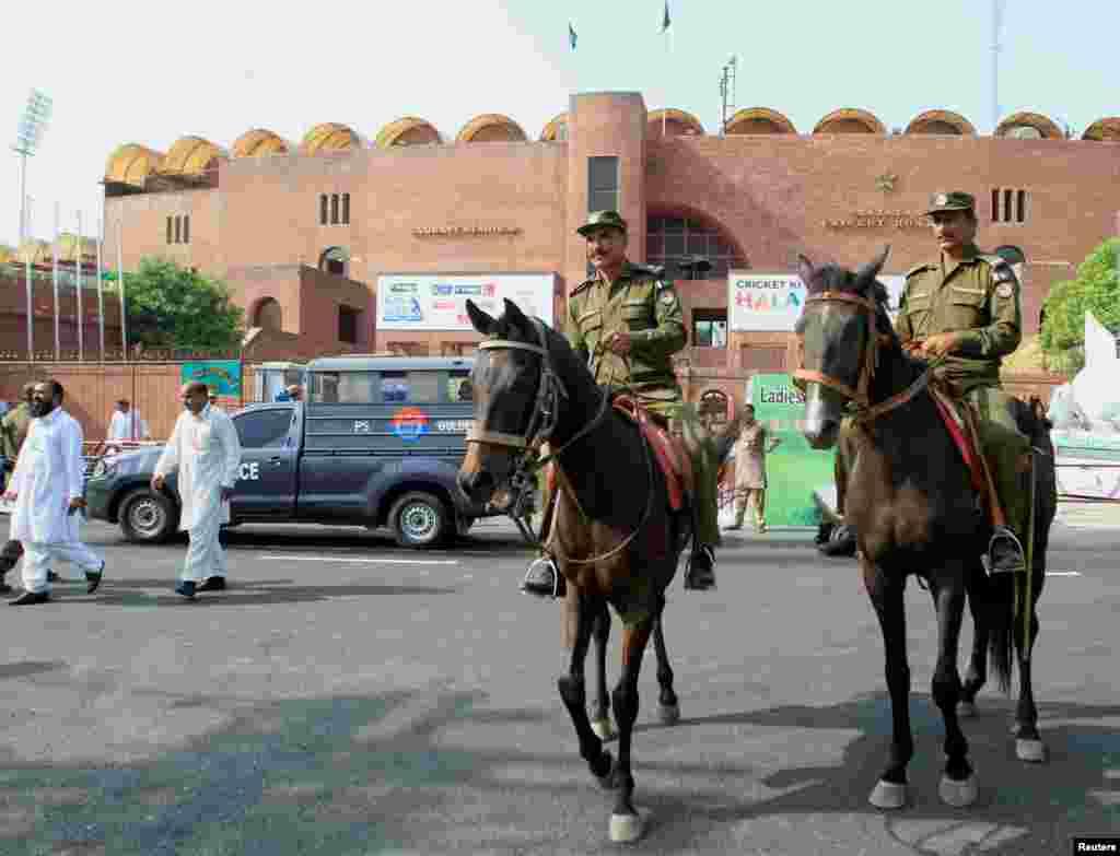 میچ کے موقع گھڑ سوار پولیس اہلکاروں کا دستہ بھی قذافی اسٹیڈیم کے باہر تعینات کیا گیا ہے۔