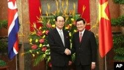 Chủ tịch Ủy ban thường vụ Hội nghị Nhân dân tối cao Bắc Triều Tiên Kim Yong Nam và Chủ tịch nước Việt Nam Trương Tấn Sang tại Hà Nội, ngày 6/8/2012