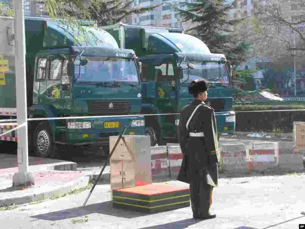 武警在周边地区站岗