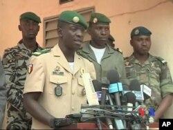 Le capitaine Amadou Sanogo (2è à g.)