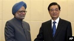 PM India Manmohan Singh melakukan kunjungan ke provinsi Hainan di Tiongkok, disambut oleh Presiden Hu Jintao (foto: dok). Kedua negara sepakat meningkatkan kerjasama ekonomi mereka dalam situasi ekonomi global saat ini.