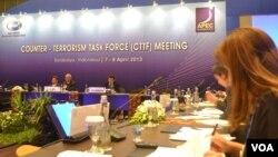Pertemuan pembukaan APEC 2013 di Surabaya membahas masalah penanganan terorisme yang mengancam perekonomian. (Foto: dok) Para menteri perdagangan APEC telah membuka pertemuan tahunan di Surabaya, Sabtu (20/4).