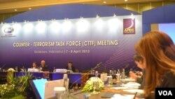 Pertemuan pembukaan APEC 2013 di Surabaya membahas masalah penanganan terorisme yang mengancam perekonomian. (VOA/Petrus Riski)