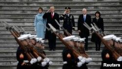 دونالد ترامپ، ملانیا ترامپ، مایک پنس، کارن پنس در آغاز مراسم رژه