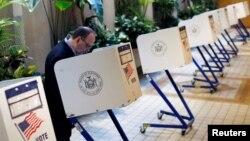 19일 미국 뉴욕 주에서 대통령 선거 예비선거가 실시된 가운데, 한 남성이 뉴욕 시 맨해튼에서 투표하고 있다.