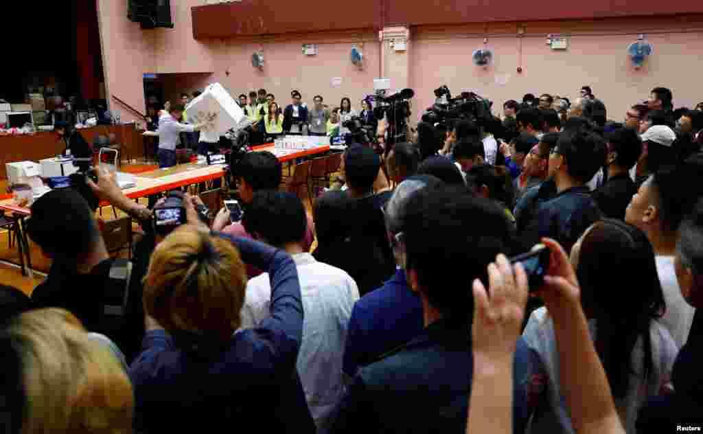 Miembros de la prensa y el público observan el proceso de conteo en la mesa de votación en el distrito South Horizons West en Hong Kong, China, 24 de noviembre de 2019.