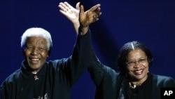 Mandela e Graça Machel juntos no Live 8 Concert (Julho 2005)