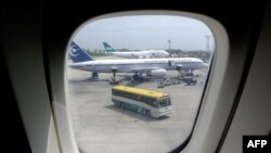 سوشل میڈیا پر دو ہفتے سے ایک خبر زیرِ گردش ہے کہ سعودی شخص نے بیٹے کو تحفے میں ایئر بس طیارہ خرید کر دیا ہے۔ (فائل فوٹو)