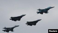 រូបឯកសារ៖ យន្តហោះទម្លាក់គ្រាប់បែក ប្រភេទ SU-35 និងប្រភេទផ្សេងទៀតកំពុងហោះហើរសម្ដែងនៅទីក្រុង Zhukovsky ប្រទេសរុស្ស៊ី។