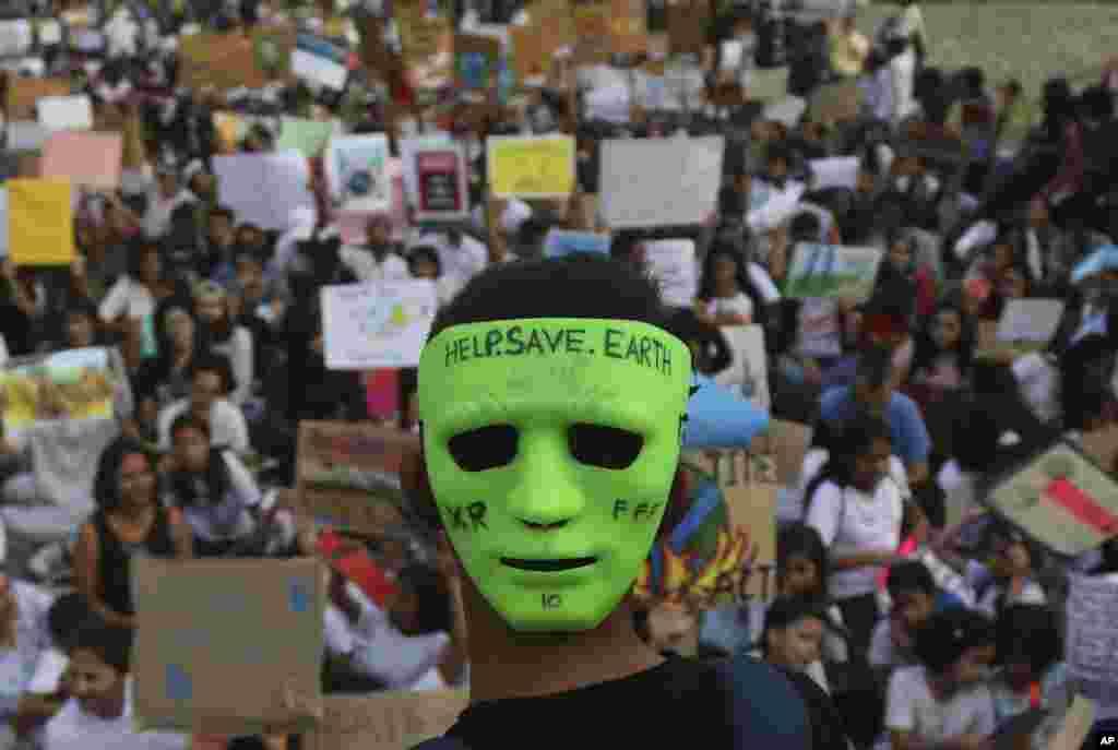 گروهی از معترضان به تغییرات آب و هوایی در شهر بمبئی هند.