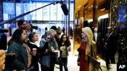 Campaign manager Kellyanne Conway (R) speaks with reporters as she arrives at Republican president-elect Donald Trump's Trump Tower in New York, Nov. 13, 2016. Conway's name is among those mentioned for a top post in a Trump administration.