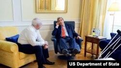 ລັດຖະມົນຕີການຕ່າງປະເທດສະຫະລັດ ທ່ານ John Kerry ແລະລັດຖະມົນຕີການຕ່າງປະເທດອີຣ່ານ ທ່ານ Mohammed Javad Zarif.