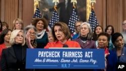 众议院议长佩洛西在国会山的一次倡导男女同工同酬并推动《公平工资法》的活动上讲话。(2019年1月30日)