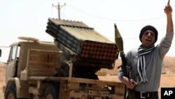 一名利比亚叛军高声欢迎战友来到前线