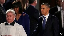Президент США Барак Обама с супругой на траурной церемонии в одном из центральных соборов Бостона. 18 апреля 2013 г.