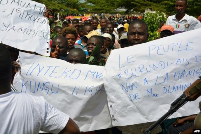 FILE - Protesters demonstrate against the Republican Forces of Burundi (Forebu) on the beach of Lake Tanganyika near the port of Bujumbura, Dec. 26, 2015.