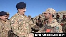 KSAD Pakistan Jendral Raheel Sharif menginspeksi pasukannya, Waziristan Utara.