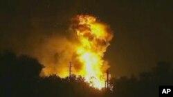 La explosión de una planta procesadora de gas en Tavares, Florida, ha provocado un gran incendio.