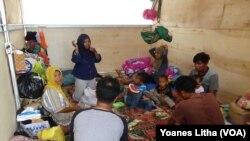 Suasana di dalam salah satu bilik hunian sementara (huntara) di Petobo, Palu Selatan, yang seringkali dihuni beberapa keluarga sekaligus.