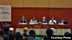 "Dari kiri: Dubes AS Robert Blake, Dubes Perancis Corrine Breuze, Dubes Rusia Mikhail Galuzin, Kepala BNPT Saud Usman Nasution, dan Heru P. Yudha (FPCI), dalam seminar ""Evolving Multilateral Coalition Against ISIS"" di Jakarta, Selasa 8/12 (courtesy: FPCI)."