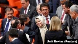 Nhà lập pháp Thổ Nhĩ Kỳ Nurcan Dalbudak được các đồng viện thuộc đảng của bà chúc mừng khi bà đội khăn choàng đầu vào Quốc hội, 31/10/13