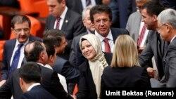 TBMM Genel Kurulu'na türbanıyla giren Adalet ve Kalkınma Partisi milletvekili Nurcan Dalbudak