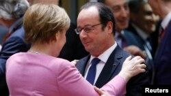 9일 벨기에 브뤼셀에서 진행된 유럽연합(EU) 정상회의 개막 일정 도중 프랑수아 올랑드(오른쪽) 프랑스 대통령과 앙겔라 메르켈 독일 총리가 환담하고 있다.
