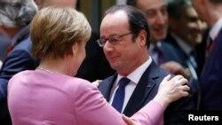 Accolade entre la chancelière allemande Angela Merkel et le président français François Hollande lors du sommet de l'UE à Bruxelles, en Belgique, le 9 mars 2017