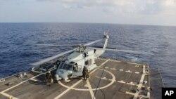 Kayıp Malezya uçağını arama çalışmalarına katılan ABD donanması helikopterlerinden biri