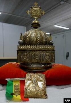 Le 27 septembre 2019, une couronne éthiopienne du XVIIIe siècle est exposée dans un entrepôt à haute sécurité non divulgué aux Pays-Bas.