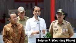 Presiden RI Joko Widodo memberikan suara di TPS IV Kelurahan Gambir, Jakpus, Rabu siang (19/4). (foto: Setpres RI)