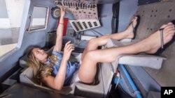 Vizitorja nga Franca, Tara Clemenceau, provon aparaturat e kontrollit të kapsulës hapësinore Mercury