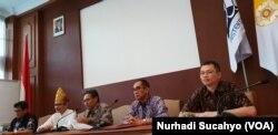Rektor Universitas Gadjah Mada Panut Mulyono (tengah) membacakan klausul penyelesaian kasus dugaan perkosaan non-litigasi, di Yogyakarta, Senin, 4 Februari 2019. (Foto: Nurhadi Sucahyo/VOA)