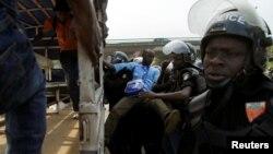 Des membres de l'opposition sont arrêtés au cours d'une marche de protestation contre le projet de la nouvelle constitution du président Alassane Ouattara à Abidjan, Côte-d'Ivoire, 20 octobre 2016.