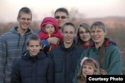 罗梅克夫妇和他们的六个孩子