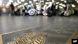 Filas de motocicletas en el piso de exposición en un concesionario Harley-Davidson, en Glenshaw, Pennsylvania. (AP Photo/Keith Srakocic)