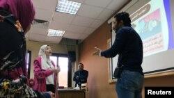 Seorang mahasiswi dan mahasiwa dalam pertunjukkan drama di Universitas Kairo tentang sepasang suami istri yang sedang cekcok. Drama itu adalah bagian dari proyek pemerintah untuk menurunkan tingkat perceraian, di Kairo, Mesir, 18 April 2019.