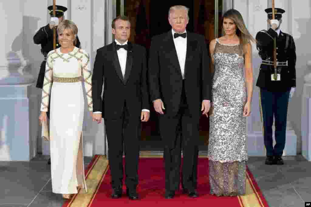 Predsednik Donald Tramp, Prva dama Melanjia Tramp, francuski Predsednik Emanuel Makron i njegova suppruga Brižit Makron poziraju za fotografiju priiikom dolaska na državnu večeru u Beloj kući. 24. april, 2018.