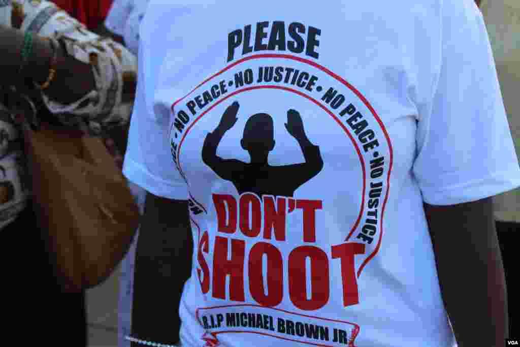 """Una asistente usando una camiseta con las palabras: """"no dispares""""; y el mensaje: """"descansa en paz Michael Brown"""". [Foto: Alberto Pimienta, VOA]"""