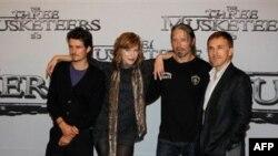 "Yeni Hollivud Filmləri: ""Johnny English Reborn"" və ""The Three Musketeers"" (video)"