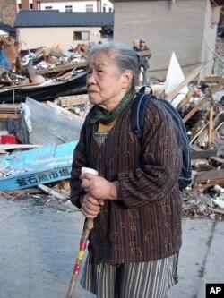 ແມ່ຕູ້ Ayako Ito ອາຍຸ 84 ປີ ຍ່າງເລາະເບິ່ງ ຊາກຄວາມເສຍຫາຍຂອງເມືອງ Kamaishi, ບ້ານເກີດຂອງລາວ, ວັນທີ 17 ມີນາ 2011.