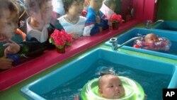 Одржување на вода за бебиња – обука што се` повеќе родители ја прифаќаат