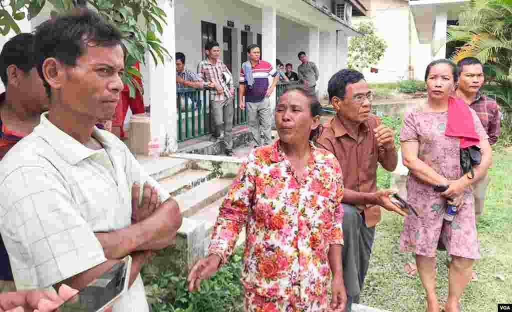 អ្នកស្រី ប៉ែន ផាន (កណ្តាល) អាយុ៤១ឆ្នាំ បានបាត់បង់កូនប្រុសឈ្មោះ ឆុន ធាន អាយុ១៩ឆ្នាំ ដែលបានមកធ្វើការសំណង់ជាមួយអ្នកម៉ៅការសំណង់ លោក ឯក ថា ជិត២ឆ្នាំមកហើយ។ អ្នកស្រីជាកសិករ មកពីខេត្តព្រៃវែង, នៅខេត្តព្រះសីហនុ, នៅថ្ងៃទី២៣ ខែមិថុនា ឆ្នាំ២០១៩។ (ស៊ុន ណារិន/ VOA Khmer)
