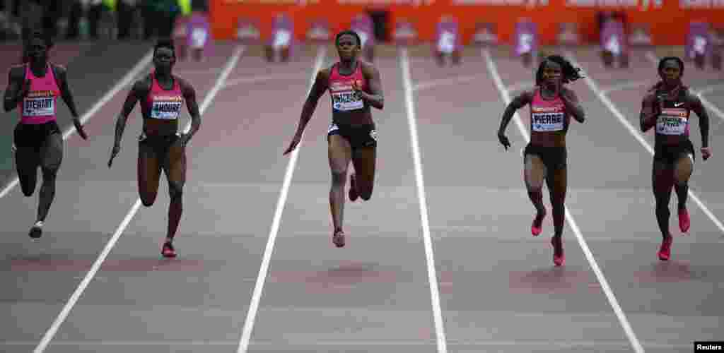 Nigeria's Blessing Okagbare (C) leads the pack to win the women's 100m event at the London Diamond League 'Anniversary Games.'