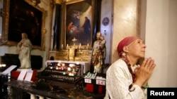 Une femme prie lors d'une messe en hommage aux victimes à la cathédrale de Nice, le 15 juillet 2016.