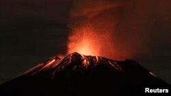Khói bốc ra từ núi Popocatepetl
