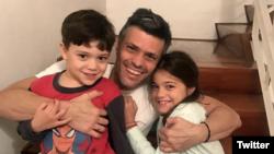 Leopoldo Lopez về nhà với các con. Lãnh đạo phe đối lập Venezuela Leopoldo Lopez được thả ra khỏi tù và chuyển sang quản thúc tại gia vì lý do sức khoẻ, sau ba năm bị giam giữ trong nhà tù quân đội.