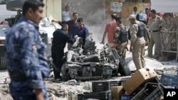 Nhân viên an ninh điều tra tại hiện trường sau vụ tấn công bằng xe cài bom ở Basra, thành phố về hướng đông nam thủ đô Baghdad của Iraq