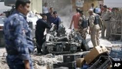 星期日伊拉克安全人员在巴士拉城爆炸现场进行调查